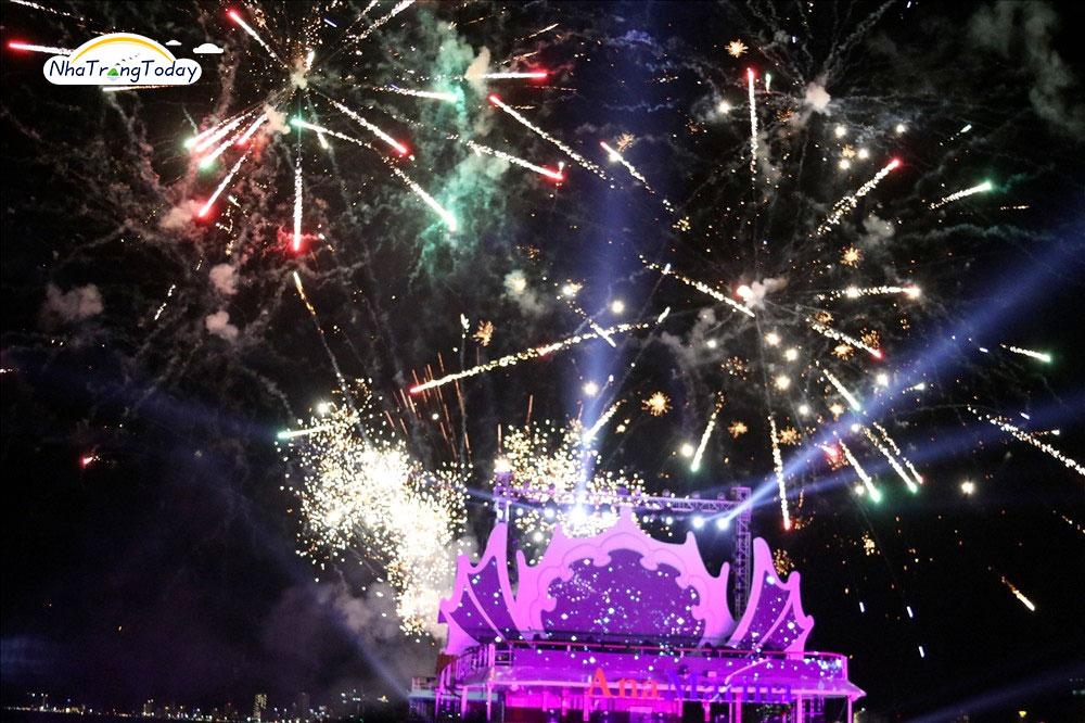 Bắn pháo hoa tại bến du thuyền thu hút đông đảo du khách