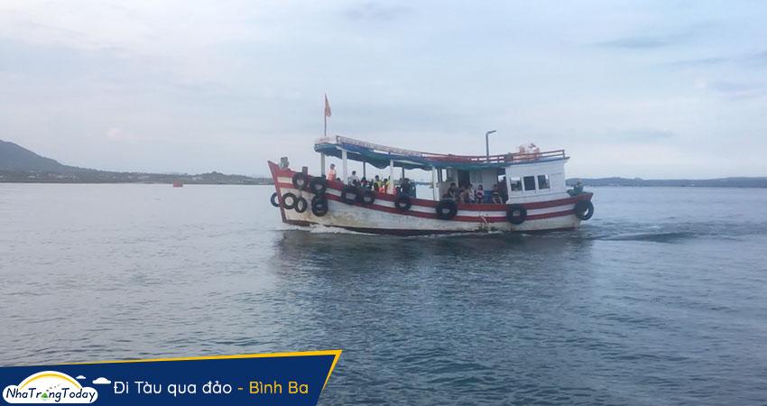 đi tàu qua đảo Bình Ba