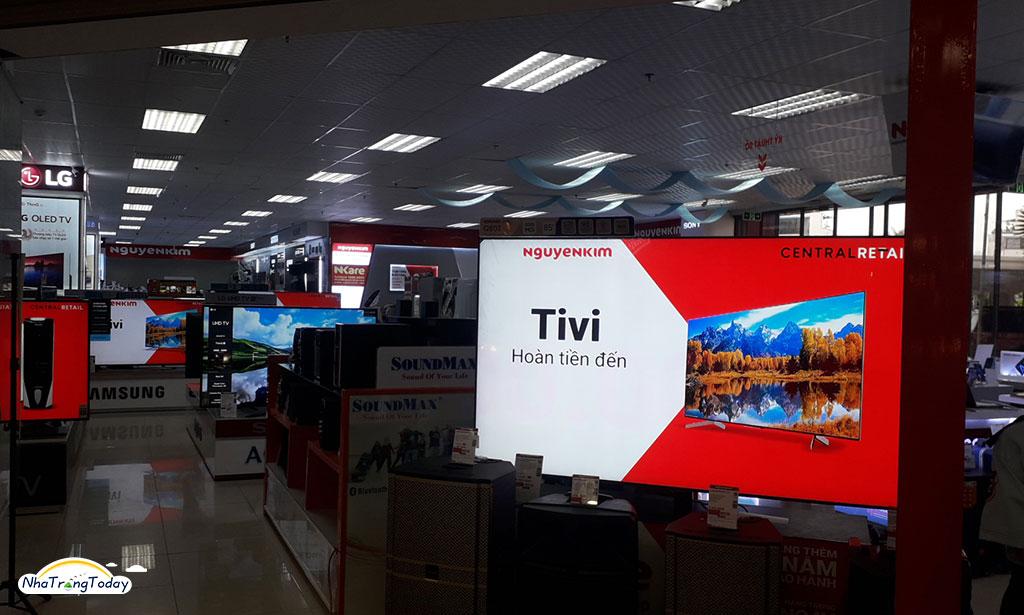 Người dân háo hức đi mua các sản phẩm tại siêu thị điện máy Nguyễn Kim