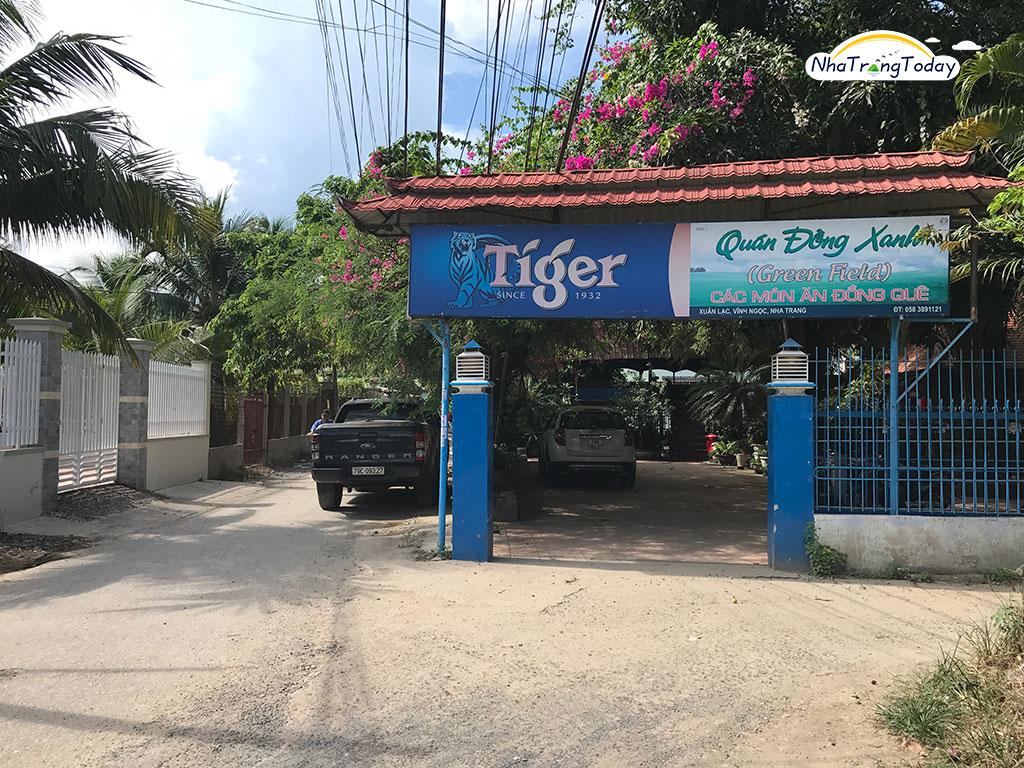 Quán Đồng Xanh nhìn từ trước cổng